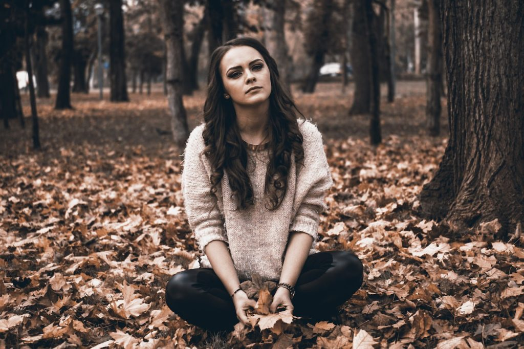 en ung kvinne i høstnatur