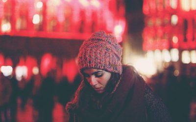 Hva er sosial angst og hvilke symptomer gir denne lidelsen?