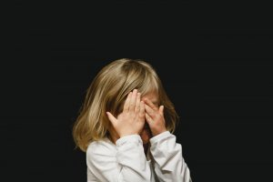 Hvordan hjelper du et barn med tvangstanker, og finnes behandling?
